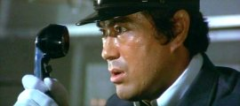 Strojovođa (Sonny Chiba) se upoznaje sa situacijom