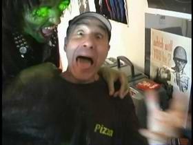 Lloyd Kaufman kao fufljavi dostavljač pizze