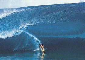L. Hamilton izvodi najopasnije surfanje u povijesti