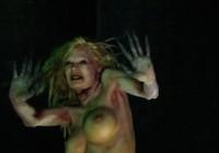 Jenna kao zombi oko štange
